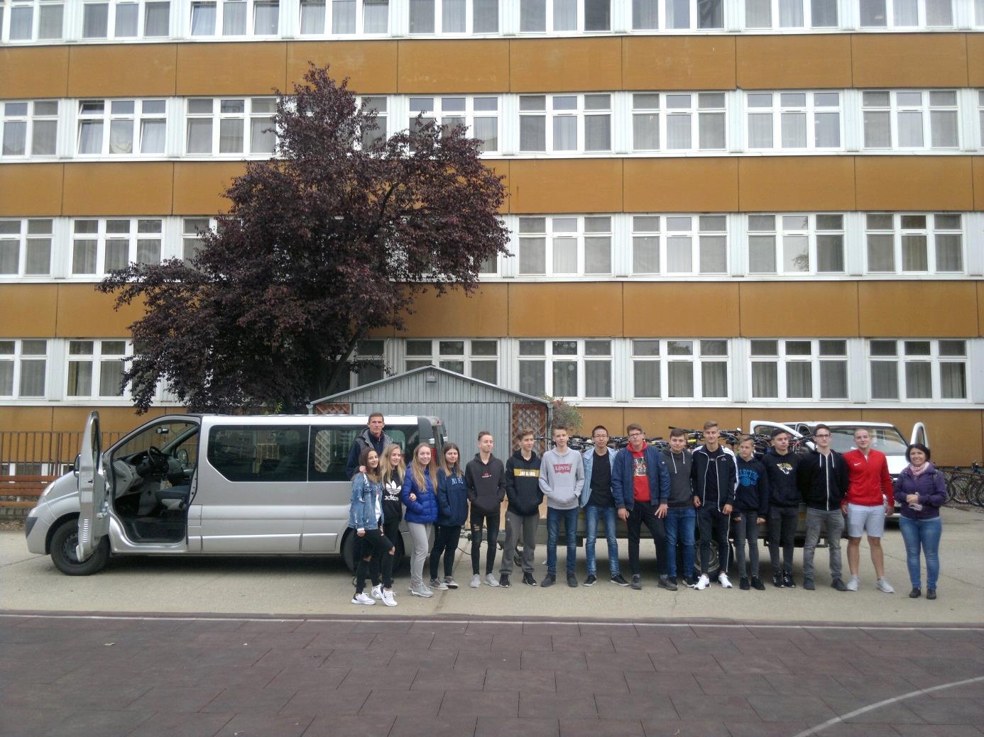 1. Az utazó csoport tagjai az Eötvös Gyakorlóiskola udvarán az indulás előtt