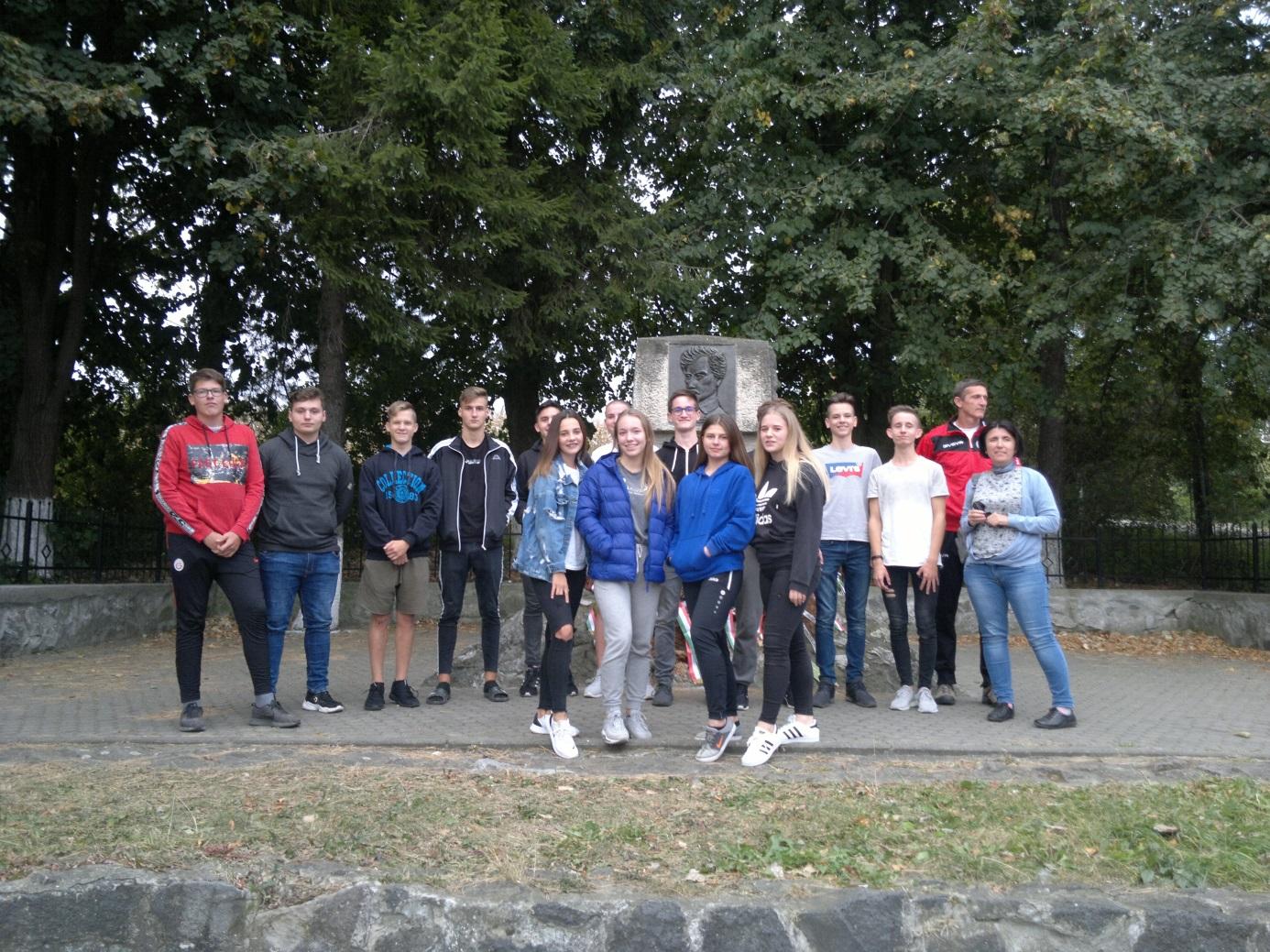 2. A diákcsoport a Segesvár melletti Fehéregyházán, Petőfi Sándor feltételezett nyughelyén