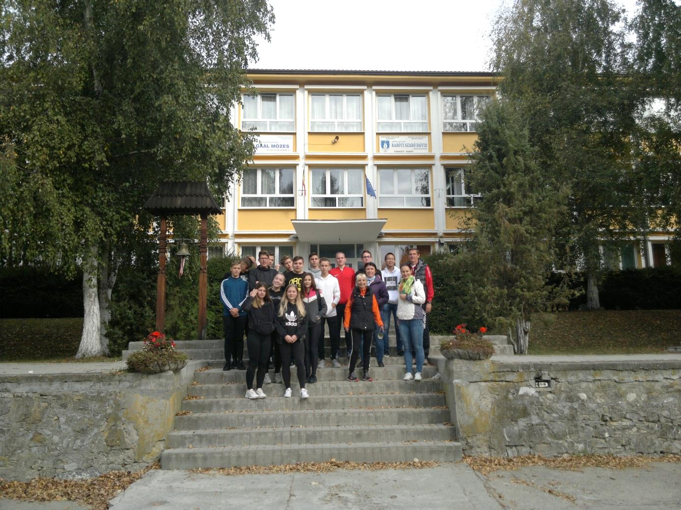 3. Az Eötvösös diákok a Baróti Szabó Dávid Iskolaközpont főépülete előtt