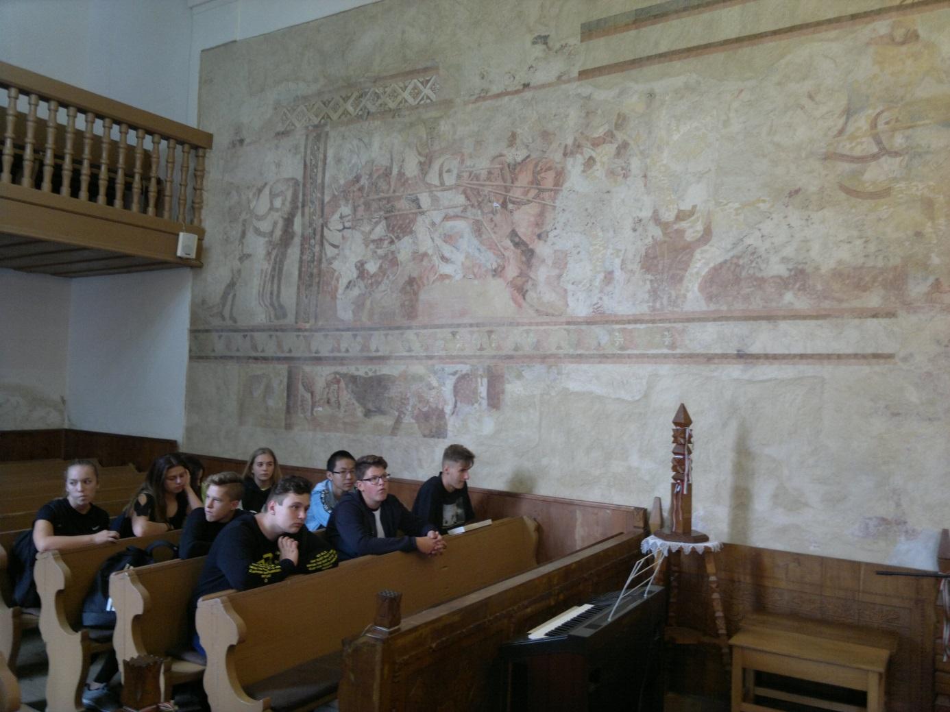 6. A diákcsoport egy része a bibarcfalvi református templom XIV. századi Szent László - freskója előtt