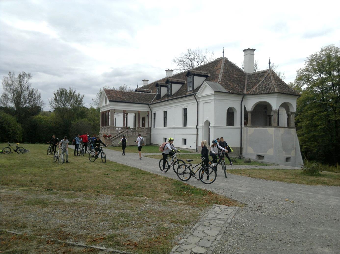 10. A kerékpáros csapat Miklósváron, a szépen felújított Kálnoky - kastély előtt