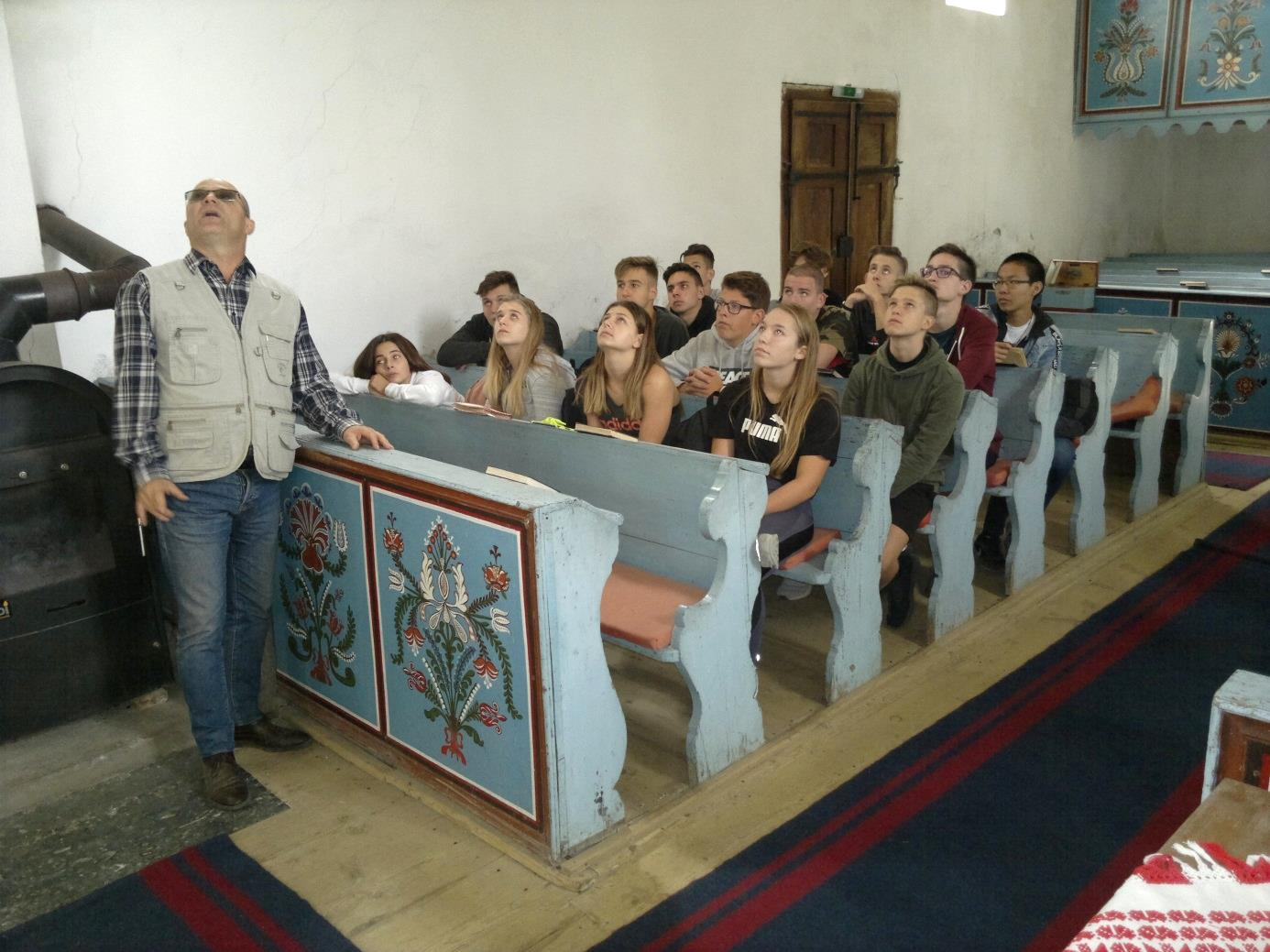 11. Az Eötvösös diákok a nagyajtai erődtemplomban Fekete Levente unitárius lelkészt hallgatják