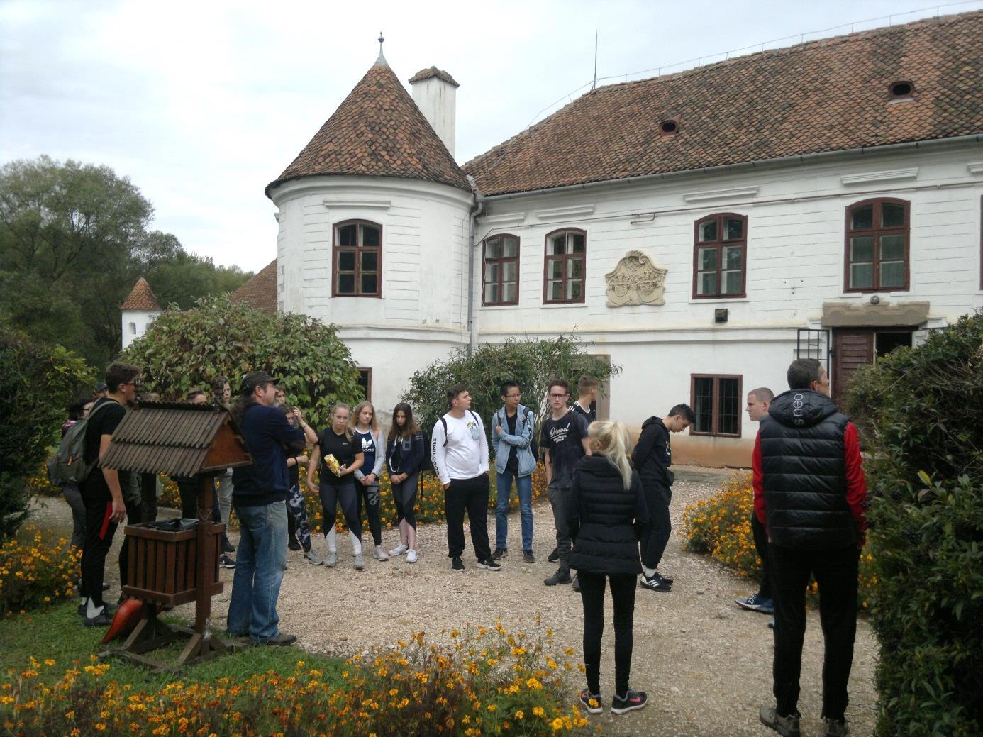 13. A csoport Vargyason, a Daniel - kastély kertjében tájékoztatót hallgat