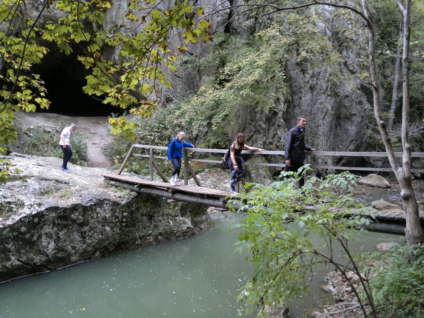 18. Az Almási - barlang felé haladva átkelés a Vargyas - patak felett egy másik függőhídon