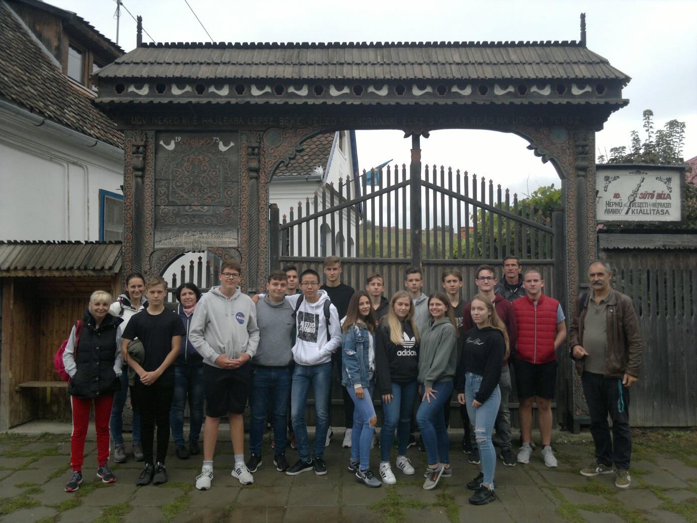 24. Az Eötvösös diákok Sütő Béla népművész háza és egy szép székely - kapu előtt Vargyason