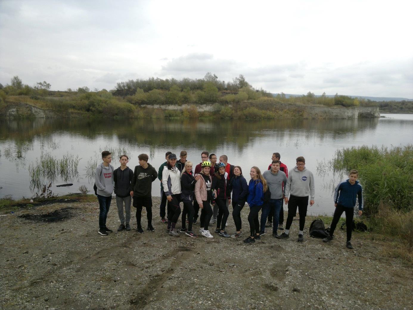 28. A diákcsoport a volt külszíni lignitbányánál, ahol a Masztodon ősállatot megtalálták