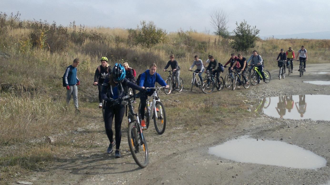 29. A túrázók néha tolták is a kerékpárjaikat