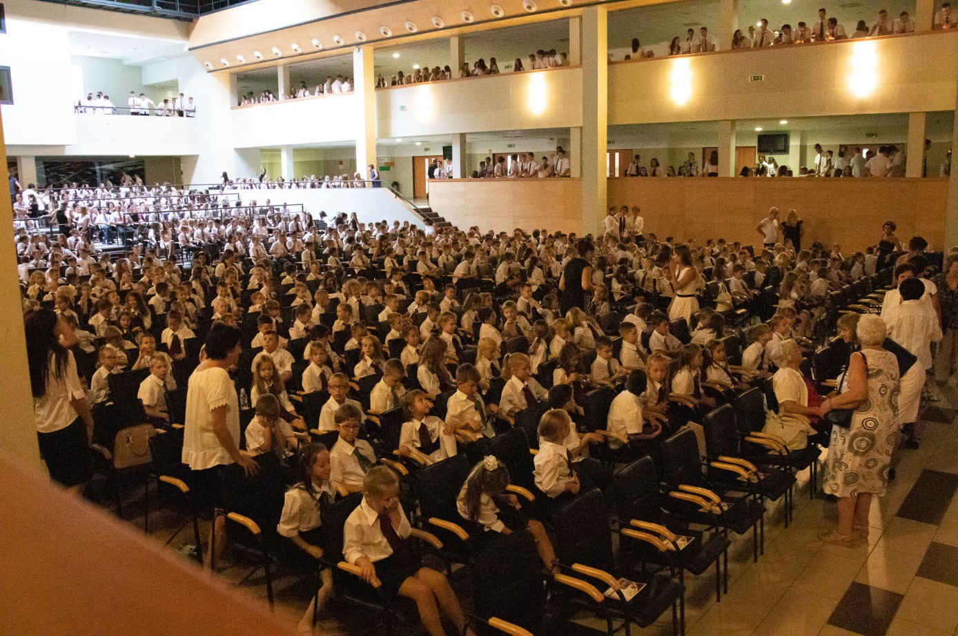Az iskola 1150 diákja benépesítette az ünnepség helyszínéül szolgáló impozáns Kodály Zoltán Kulturális Központot