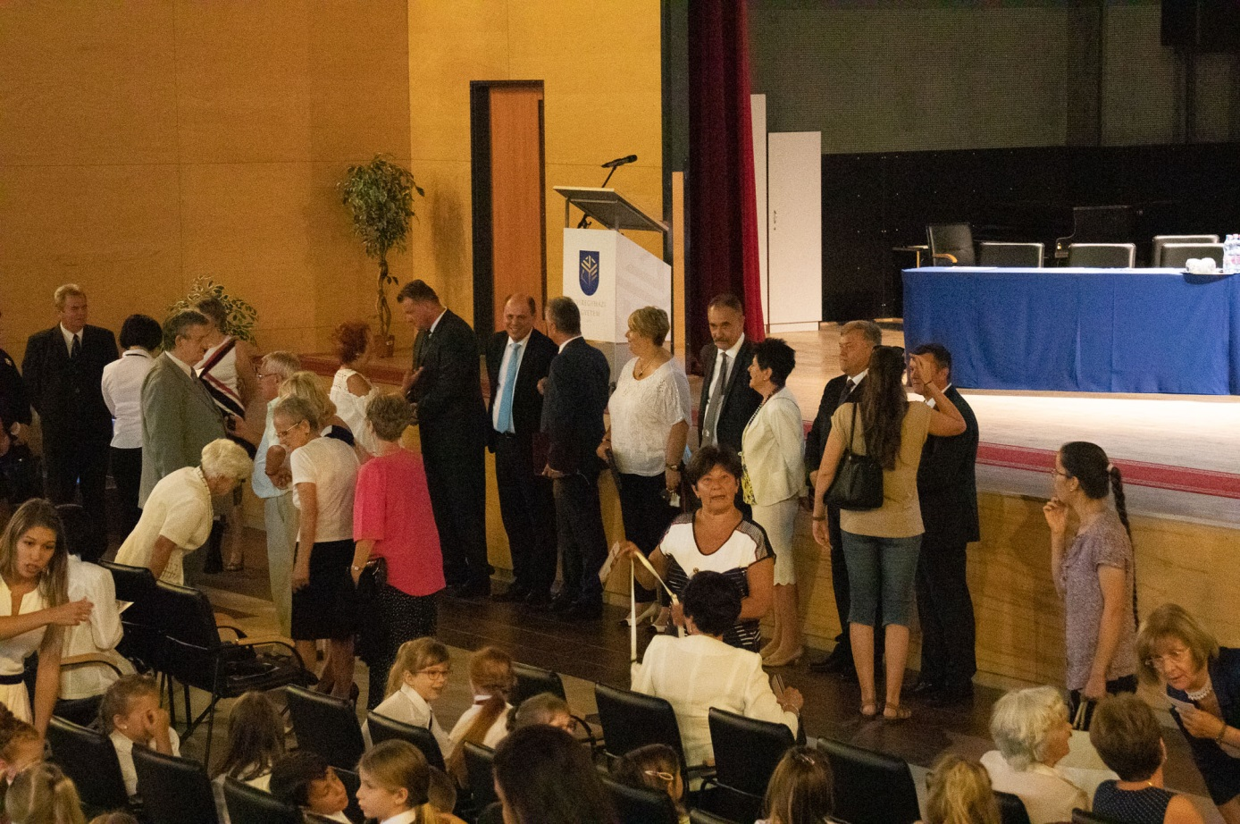 A jubileumi tanévnyitó díszelnökségének tagjai az ünnepség előtt