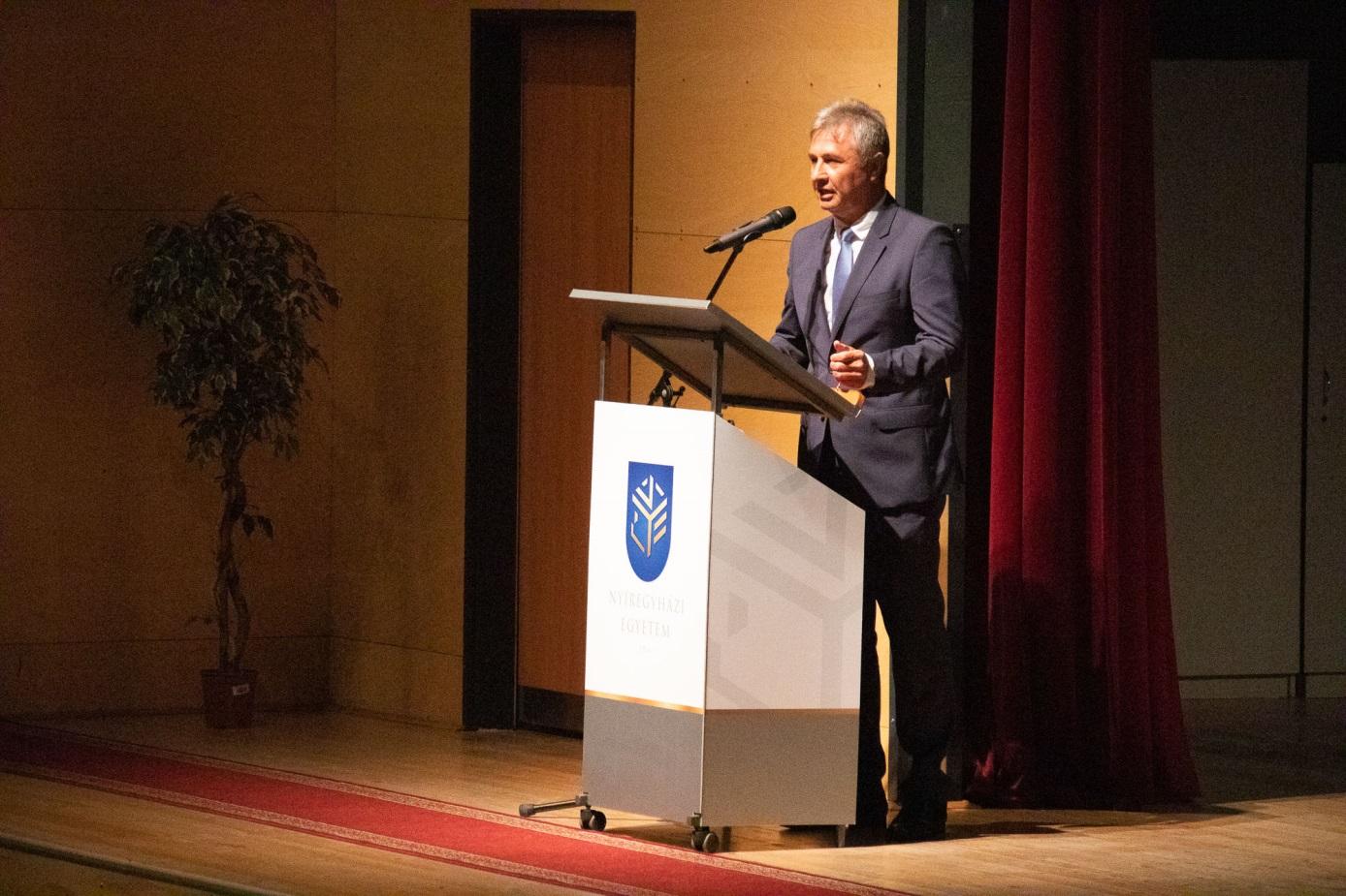 Dr. Vinnai Győző országgyűlési képviselő ünnepi gondolatait tolmácsolja
