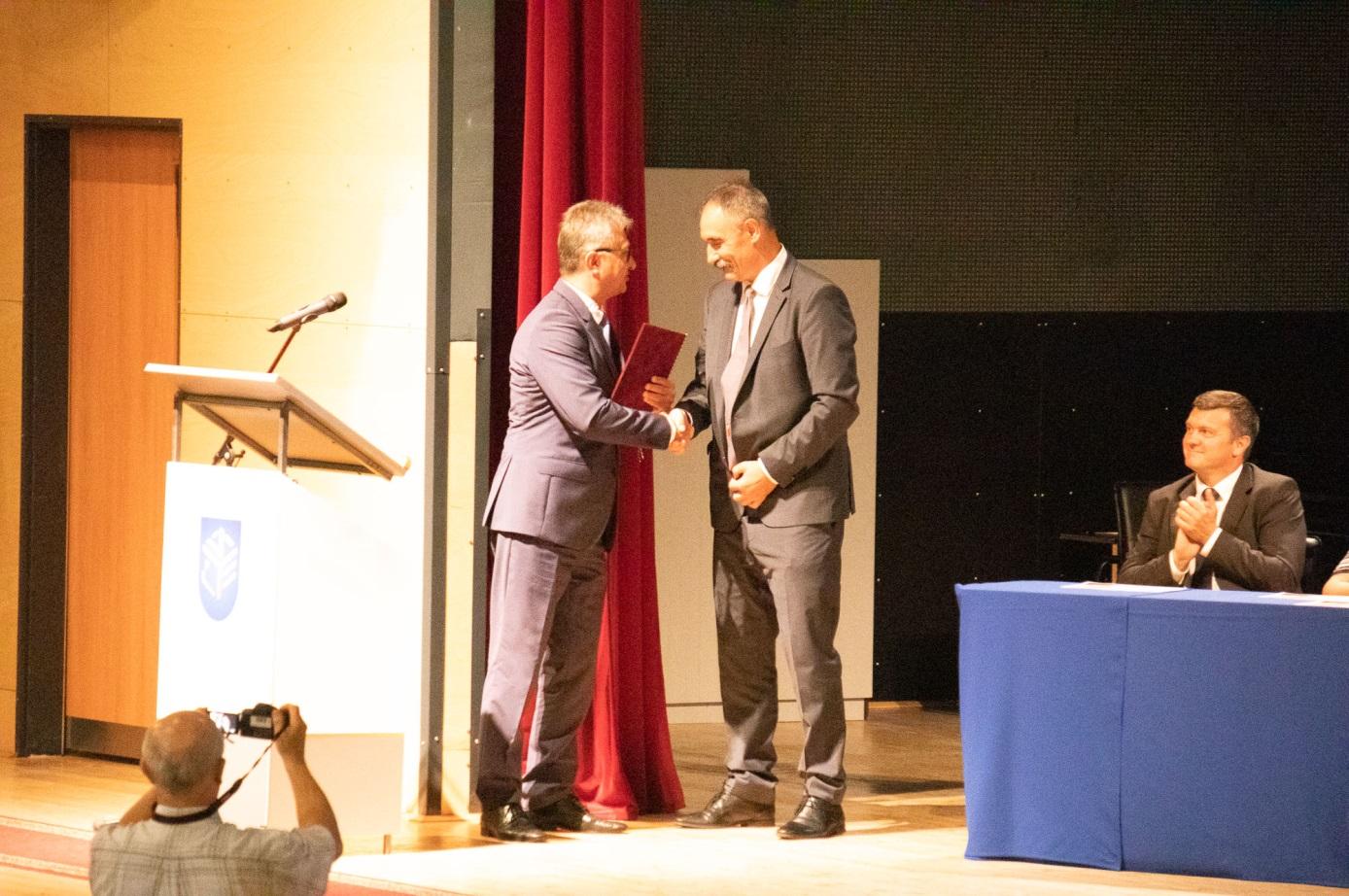 Dr. Vinnai Győző országgyűlési képviselő miniszteri elismerő oklevelet nyújt át Dr. Komáromi István igazgatónak, az iskola képviselőjének