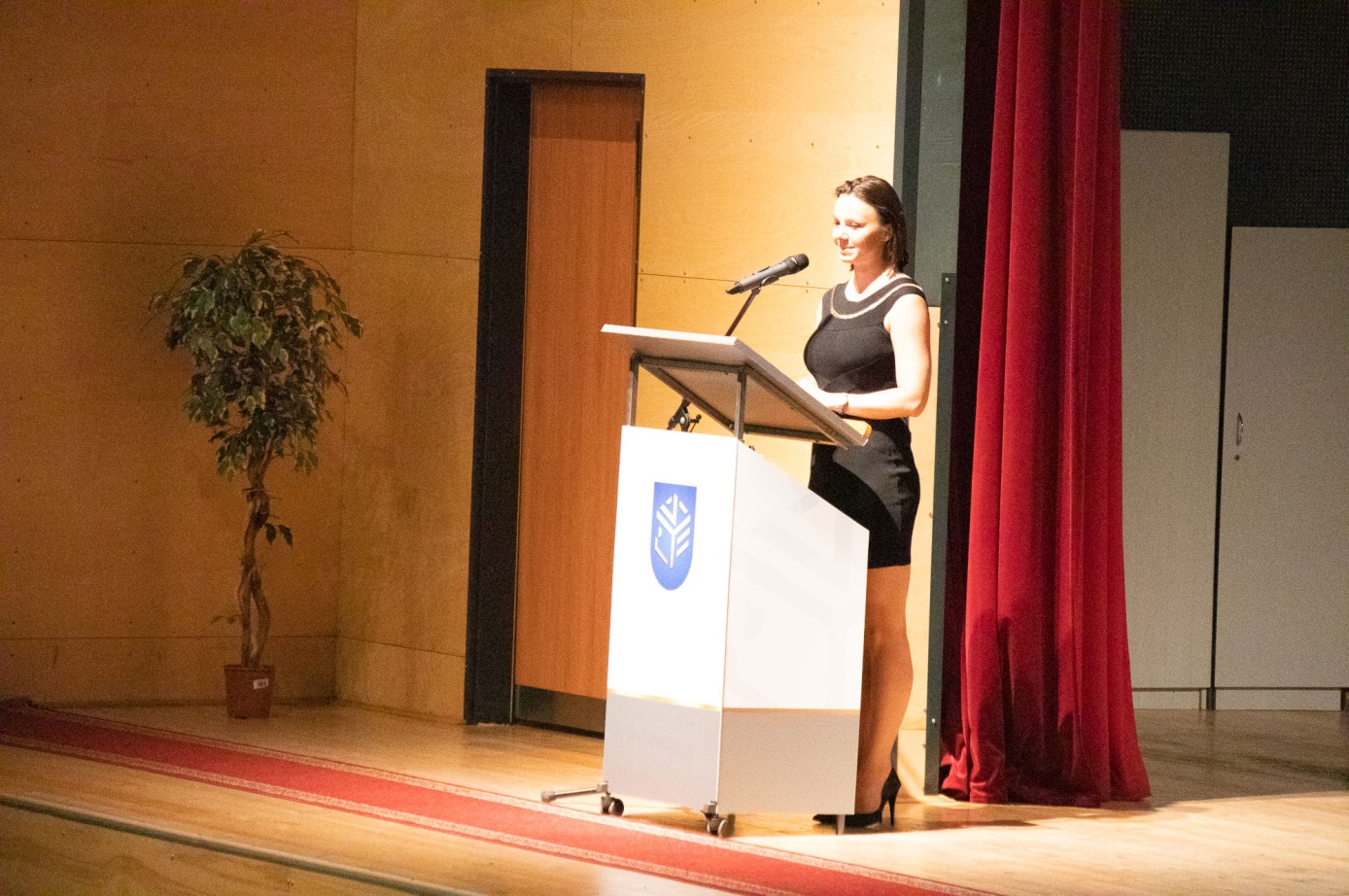 Jánvári Miriam egyetemi tanársegéd, egykori Eötvösös diák osztja meg gondolatait a hallgatósággal