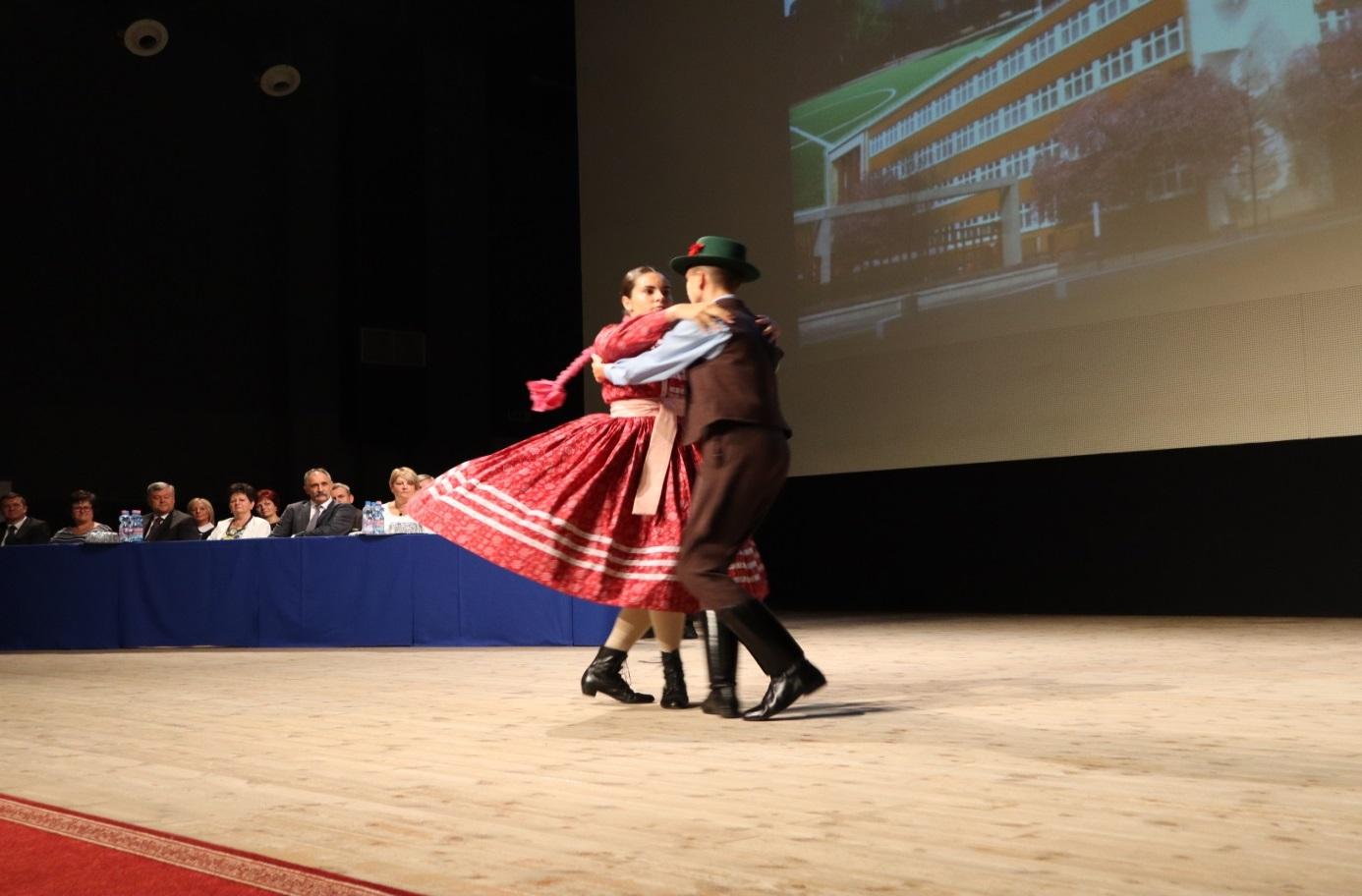 Molnár Dorottya 11/A osztályos tanuló és Molnár Attila tirpák táncot ad elő