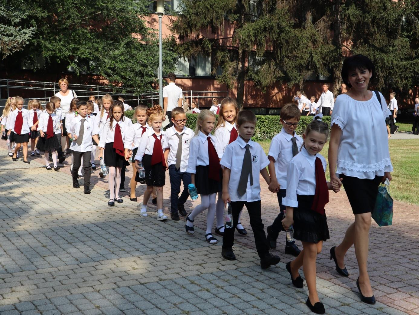 """A diákok úton """"hazafelé"""" az Ungvár sétányon levő """"Csoki-suli""""-ba"""
