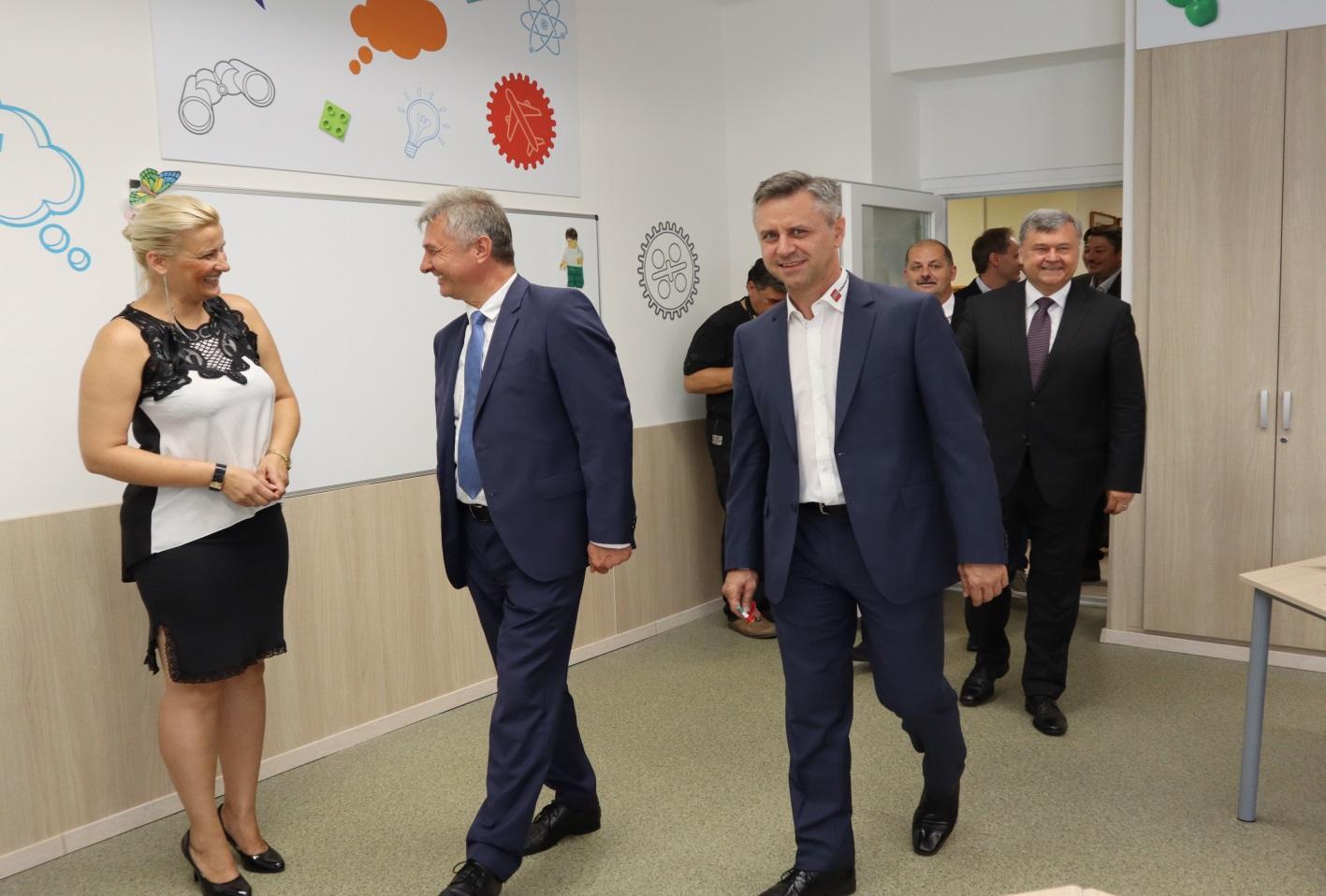 Dr. Vinnai Győzőt, Tóth Csabát és Szabó Istvánt üdvözli Dr. Juhászné Molnár Tünde