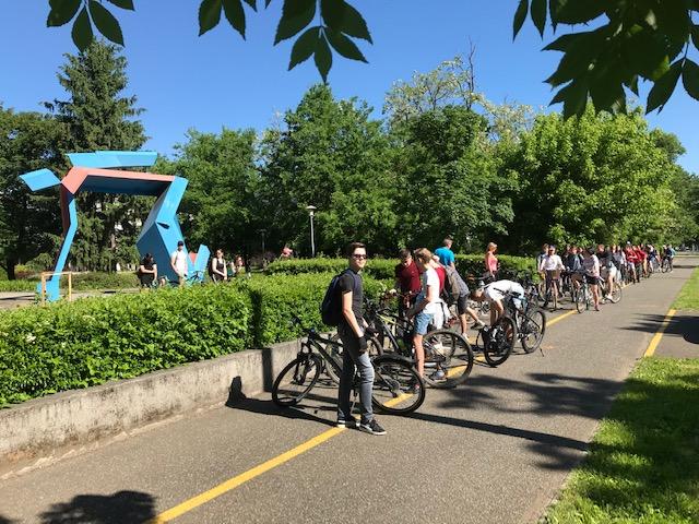 Fotó (3): Az Eötvös Gyakorlóiskola és a Nyíregyházi Egyetem túracsapata indulás előtt a Sóstói úton