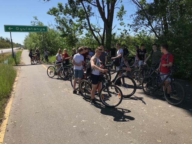 Fotó (7): A túra második megálló-, illetve pihenőhelye Gyulatanya előtt középiskolásokkal (1)