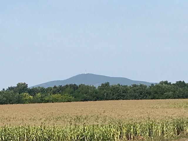 Fotó (12): A túra nem is olyan távoli célja, a Tokaji – hegy látképe (2)